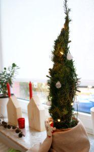 Weihnachtsbaum aus Tannenzweigen