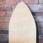 Balance Board aus Holz vor Steinwand
